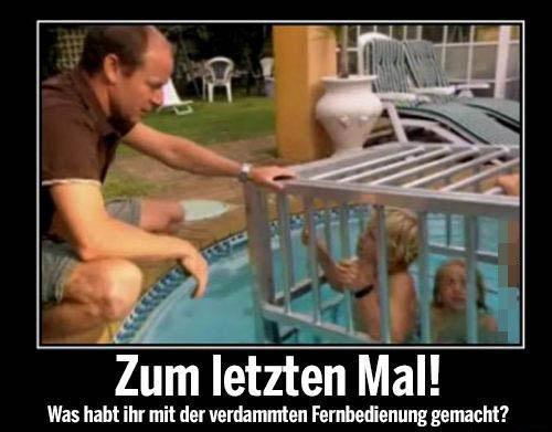 """Zwei Kinder scheinen in einen Käfig in einem Pool eingesperrt zu sein. Daneben kniet ihr Vater. Dazu steht der Text: """"Zum letzten Mal! Was habt ihr mit der verdammten Fernbedienung gemacht?"""""""