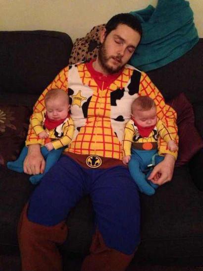 Ein Mann hat sich und seine beiden Söhne, Zwillinge, als Cowboys verkleidet.