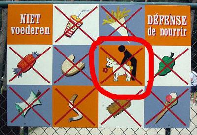 """Ein Schild in Holland verbietet """"Aktivitäten"""" zwischen Menschen und Tieren."""