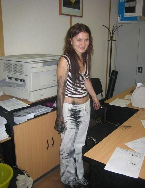 Eine Frau ist in einem Büro verdreckt.