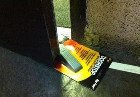 Ein verpackter Türstopper wurde verwendet, um eine Tür offen zu halten.
