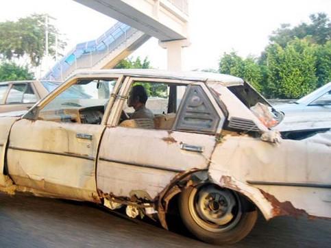 Ein total verrostetes Auto.