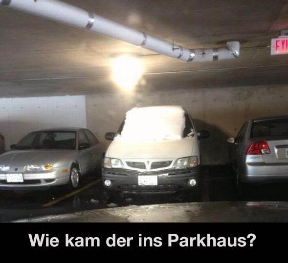 """In einem Parkhaus steht ein Auto, das mit Schnee bedeckt ist. Darunter steht die naheliegende Frage """"Wie kam der ins Parkhaus?"""""""
