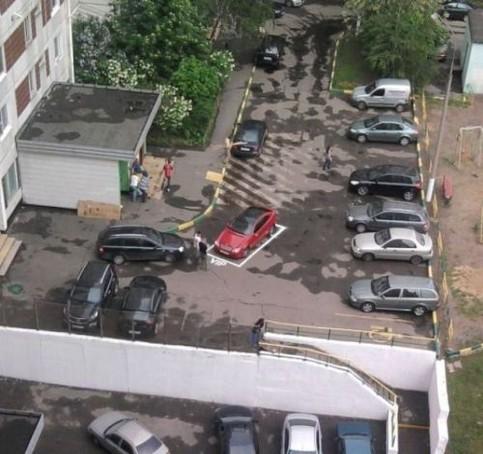 """Eine Stellfläche ist schief und krumm auf einem Parkplatz aufgemalt und mit """"VIP"""" beschriftet."""