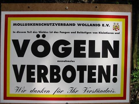 """Ein Schild: """"Das Fangen von VÖGELN ist VERBOTEN!"""""""