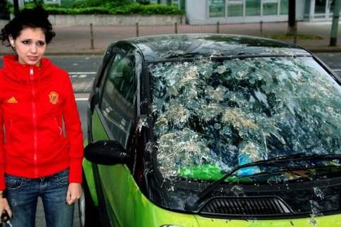 Ein Auto ist mit Vogelscheisse zugekleistert.