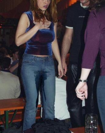 Eine Frau hat sich in die Hose gepinkelt.