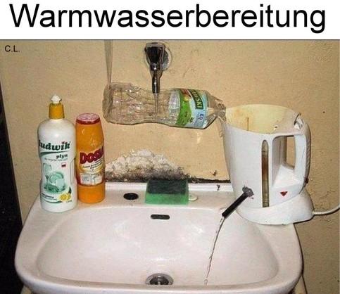 Um warmes Wasser zu erzeugen, wird Wasser aus einem Wasserhahn über eine Plastikflasche in einen Wasserkocher geleitet und von dort durch ein Loch zum Waschbecken.