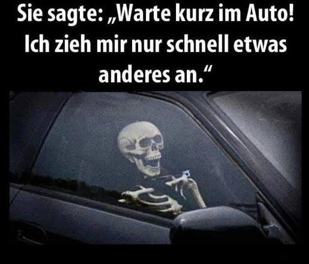 """In einem Auto sitzt ein Skelett. Dabei steht: """"Sie sagte: 'Warte kurz im Auto. Ich ziehe mir nur schnell etwas an.'"""""""