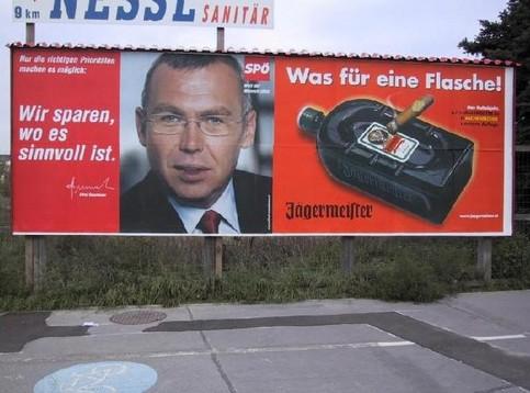 """Ein Werbeplakat der österreischen Partei SPÖ nebem einem Plakat mit der Aufschrift """"Was für eine Flasche!""""."""
