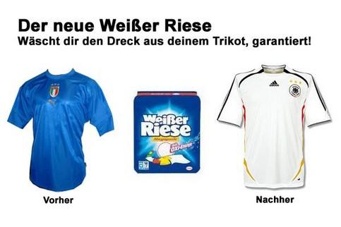 Werbung-Satire für ein Waschmittel, dass den Dreck aus dem Trikot wäscht. Vorher: Italien-Trikot, nachher: Deutschland-Trikot.