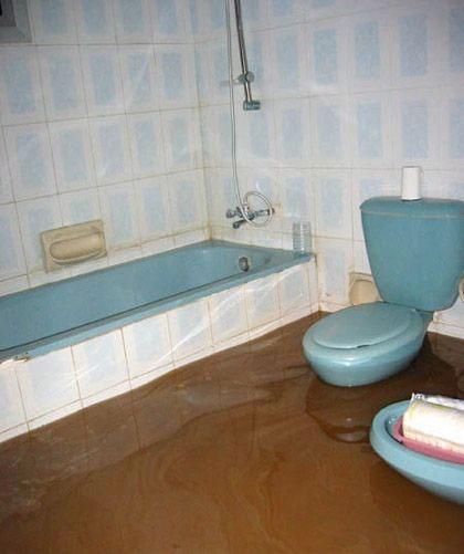 Ein Bad ist mit Fäkalien geflutet.