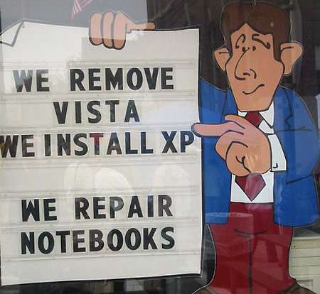 "Ein Werbeschild: ""We remove Vista - we install XP"""