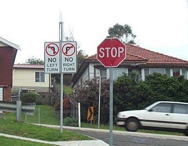 Zwei Schilder, laut denen man weder nach links, noch nach rechts abbiegen darf.