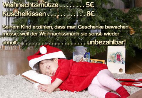 Ein Bild von einem Kind, das mit Weihnachtsmütze unter einem Weihnachtsbaum schläft. Text: Seinem Kind erzählen, dass man Geschenke bewachen müsse, weil der Weihnachtsbaumm sie sonst wieder abholt... unbezahlbar!