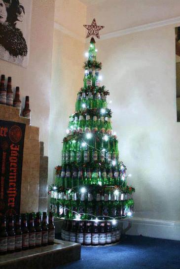 Ein Weihnachtsbaum aus Bierflaschen.