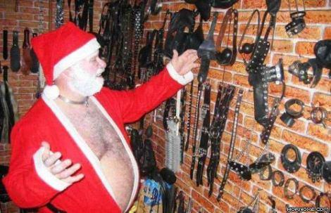 Der Weihnachtsmann zeigt seinen Keller, der mit Sado-Maso-Spielzeug voll ist.
