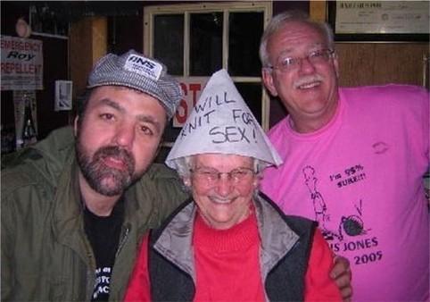 """Eine Oma trägt einen Hut """"Will knit for sex"""""""