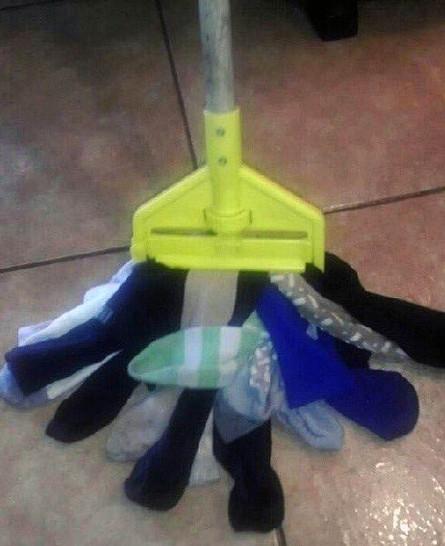 Ein Wischmop wurde mirt Socken umgerüstet.