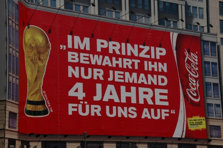 """Eine Werbung von Coca-Cola nach der WM 2006: """"Im Prinzip bewahrt in nur jemand 4 Jahre für uns auf!"""""""