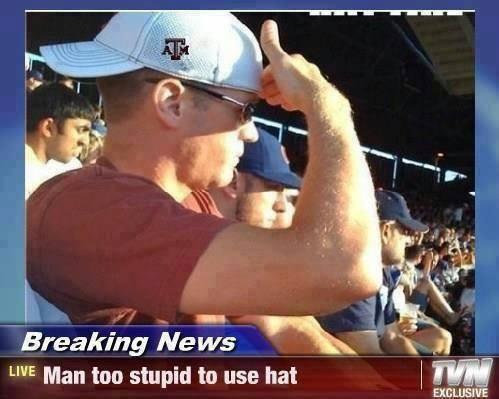 """Ein Mann sitzt in der Sonne und trägt eine Baseballcap mit dem Schirm nach hinten. Da ihm die Sonne in die Augen scheint, hält er die Hand vor die Augen. Dazu steht der Text """"Man too stupid to use hat"""" (""""Mann zu dumm zum Hut tragen"""")."""