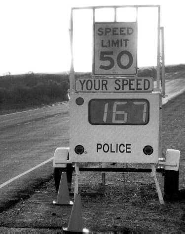 Eine Geschwindigkeitsmessung zeigt 167 statt 50 mph an.