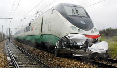 Ein Zug hat ein Auto zerquetscht.
