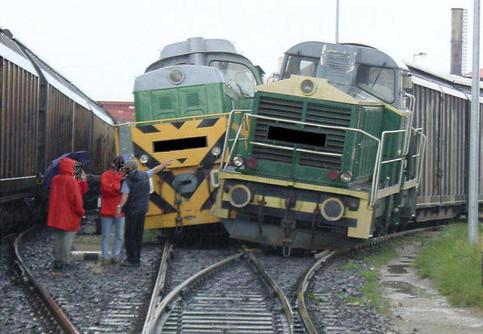 Zwei Züge sind an einer Weiche zusammengestoßen.
