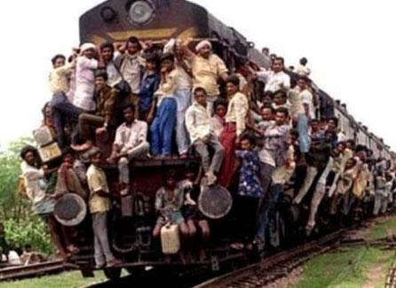 Ein Zug ist bis aufs Dach mit Menschen beladen.