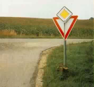 """Zwei Schilder an einer Stange: """"Vorfahrt"""" und """"Vorfahrt beachten""""."""