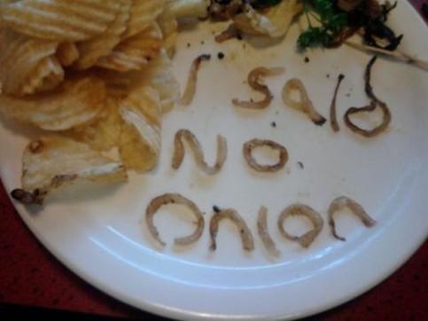 """Auf einem Teller in einem Restaurant wurde mit Zwiebelstücken geschrieben: """"I said no onion"""""""